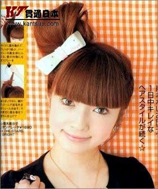 可爱小巧的花朵帽饰搭配迷你反翘型,头发波浪卷的可爱发型大受非