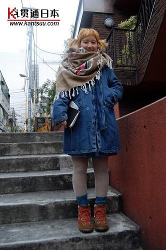 大围巾,为造型中增添了几分温暖和可爱,更将视觉中性移到了肩膀上