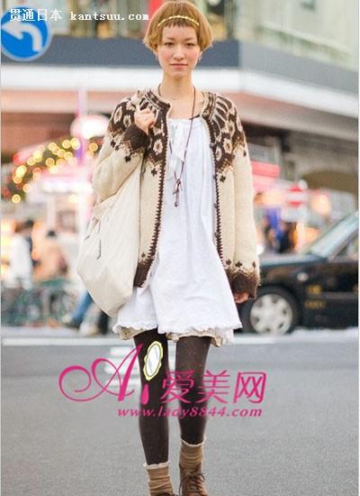 棉质上衣搭配花朵图案的短裤甜美可爱,外罩