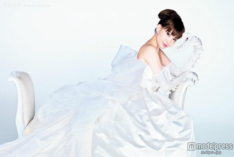 小嶋阳菜婚礼服时尚大片荣耀登上杂志封面