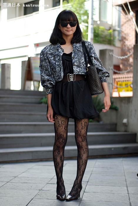 东京女孩街头的黑白蓝