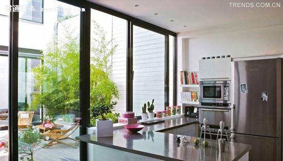 l 形的橱柜与阳光房的落地门相邻,在烹饪,用餐的同时也不能错过室外阳
