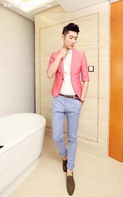 白色衬衫搭配红色小西装也可以穿在男生的身上,淡蓝色的裤子,棕
