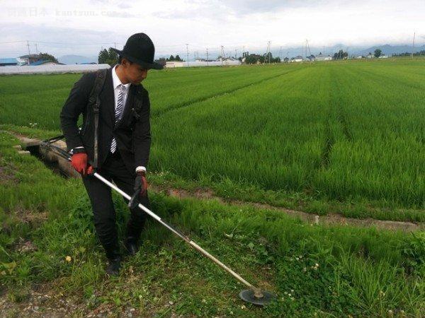 日本农民小伙一身帅气西装种田 走红网络