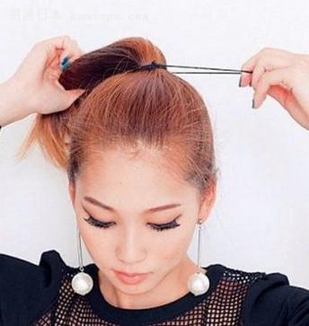 丸子头不仅能长显出女孩子可爱的一面,也能在出席宴会时作为盘发,彰显