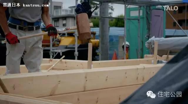 构件孔都是预留好的,直接套在木柱上,建造速度也很快