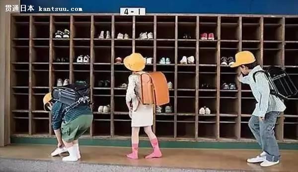 这样看来,「脱鞋」这一行为就成了一种身份转换的方式,工作的爸爸妈妈、上学的孩子从走到玄关脱鞋的那一刻起,都回到了家人的身份和放松的心情中。