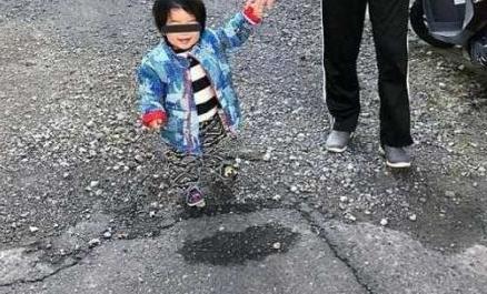 日本男童悬浮半空 仔细一看竟是因为裤子与地面撞色
